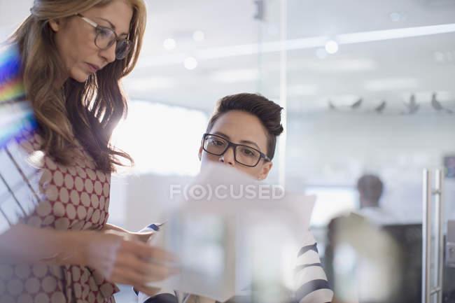 Бізнес-леді обговорення документів у сучасному офісі — стокове фото