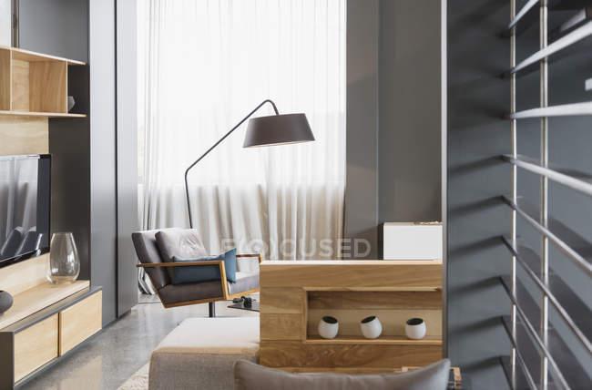 Стул и лампа в современной гостиной — стоковое фото