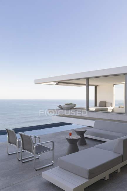 Moderne, Luxus home Schaufenster außen Terrasse mit Meerblick — Stockfoto