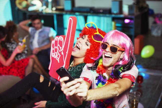 Paar posiert in Kostümen auf party — Stockfoto