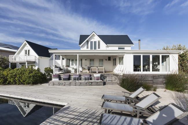 Sonnigen Weißen Hause Schaufenster Außenbereich mit Terrasse und pool — Stockfoto