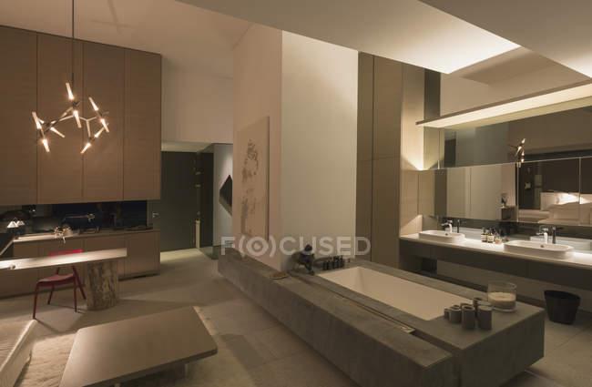 Освещенная современные, роскошные дома витрина интерьер ванной — стоковое фото