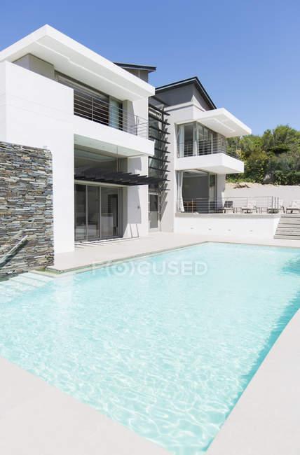 Modernes Haus mit Schwimmbad — Stockfoto
