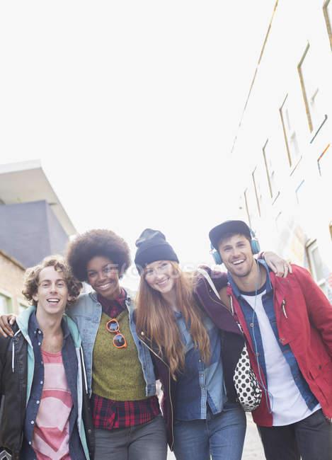 Freunde stehen zusammen auf der Straße — Stockfoto