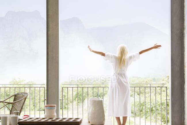 Женщина в халате, с видом на пейзаж — стоковое фото