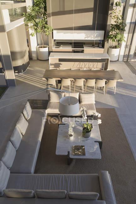 Повышенные вид роскоши, современные дома витрина интерьер гостиной и столовой — стоковое фото