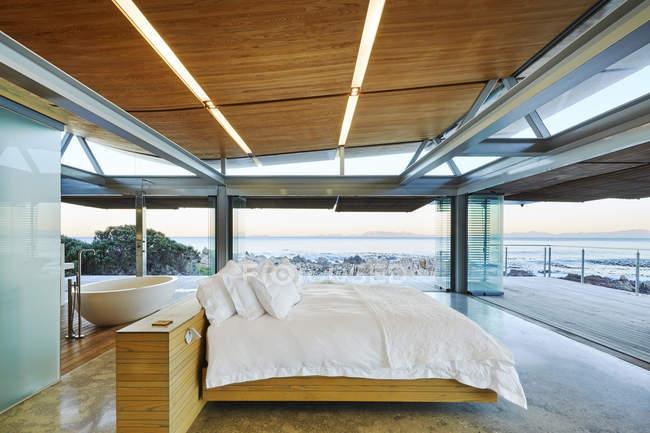 Современная роскошь спальня открытым патио с видом на океан — стоковое фото