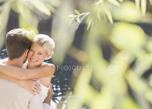 Пара объятий у бассейна на открытом воздухе — стоковое фото