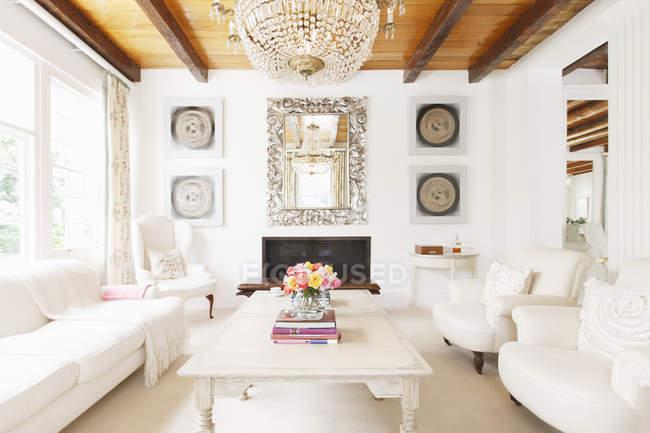 Sala de estar de luxo com lustre — Fotografia de Stock