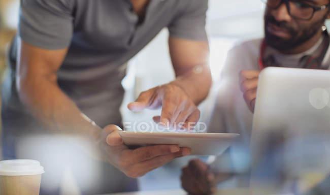 Закрыть вверх по мнению бизнесменов, с использованием цифрового планшета — стоковое фото