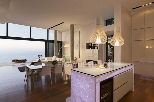 Cocina moderna y sala de estar con vistas al océano - foto de stock