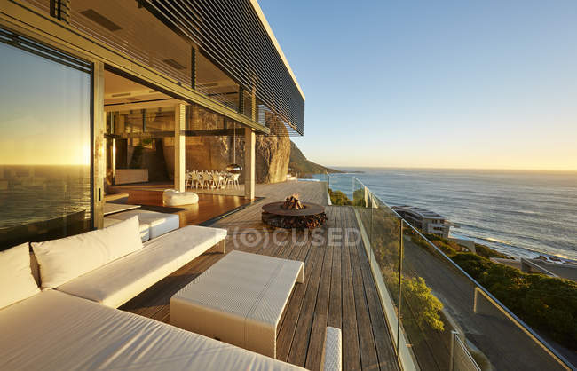 Modern luxury patio with sunset ocean view — Stock Photo