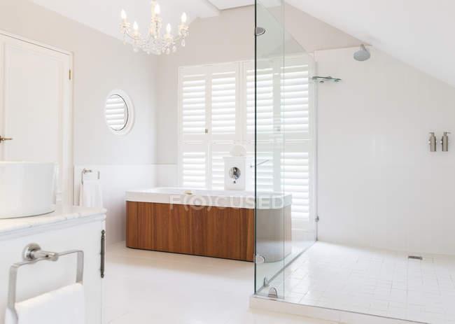 Kronleuchter über großzügige Badewanne im modernen ...