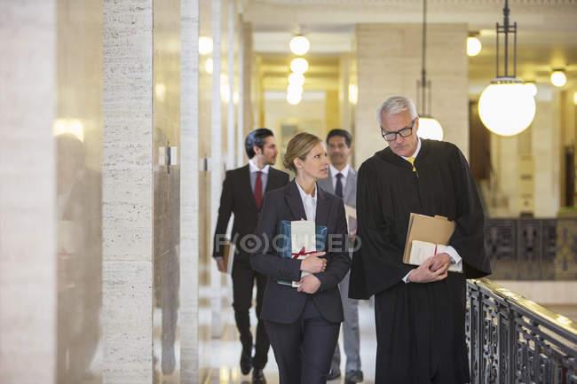Juge et avocat parlant au palais de justice — Photo de stock