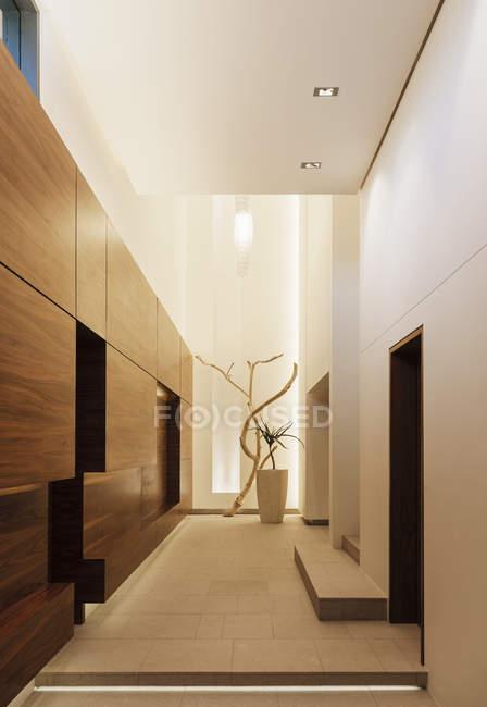 Painéis de madeira no corredor moderno — Fotografia de Stock