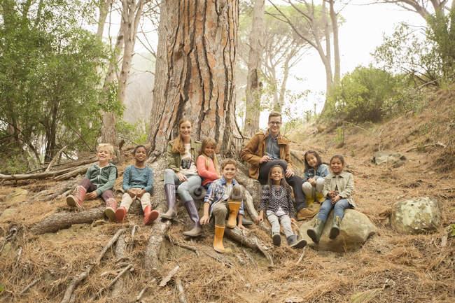 Ученики и учителя улыбаются в лесу — стоковое фото