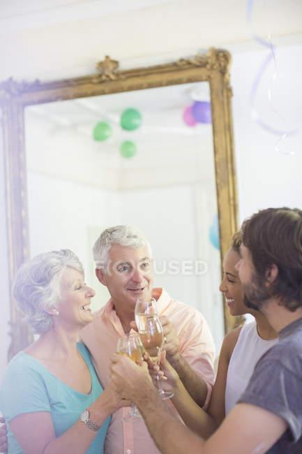Семья празднует с напитками — стоковое фото