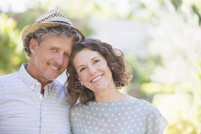 Feliz belo casal mais velho abraçando ao ar livre — Fotografia de Stock
