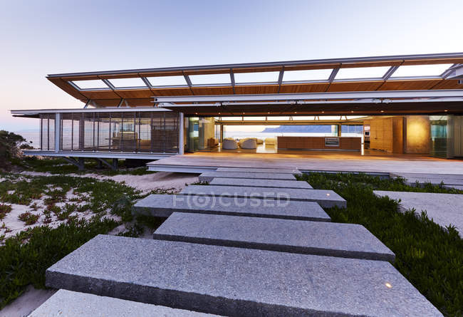 Steps leading to modern luxury home showcase exterior at dusk — Stock Photo