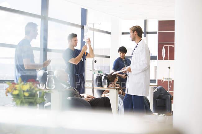 Забота о больных, проходящих лечение в поликлинике врачи — стоковое фото