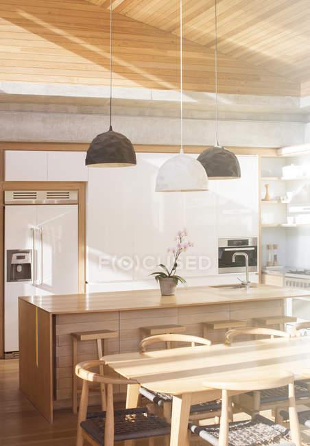 Сучасна кухня Сонячний денний час — стокове фото