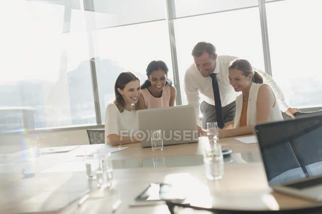 Деловые люди, работающие за ноутбуком в конференц-зале — стоковое фото
