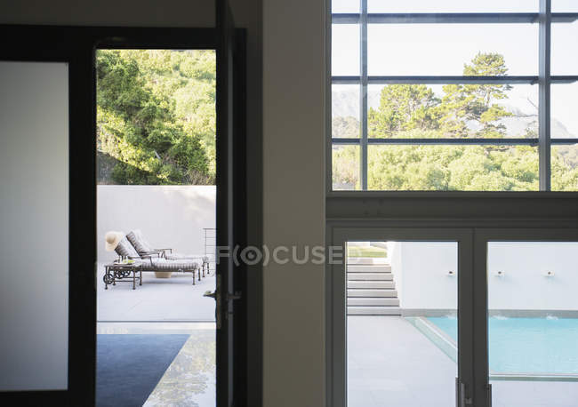 Modern patio and swimming pool — Stock Photo
