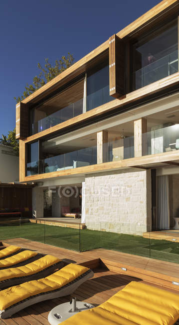Modern house outdoors during daytime — Stock Photo