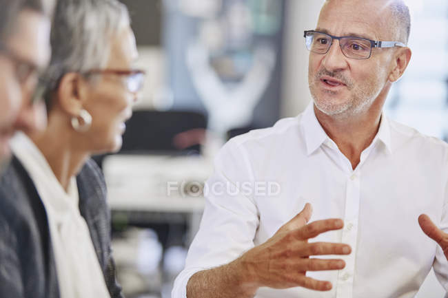 Businessman explaining to colleagues in meeting — Stock Photo