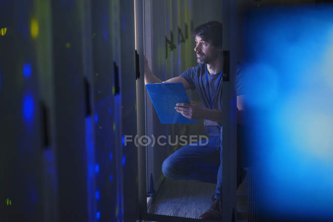 Server room technician with clipboard — Stock Photo