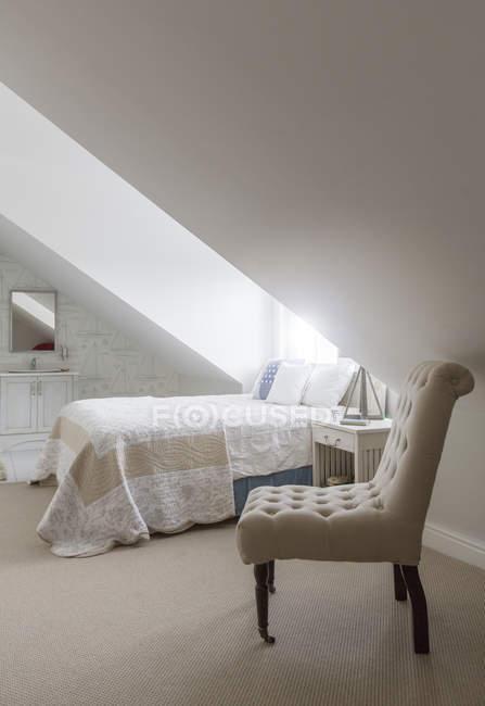 Bett unter Fenster im Schlafzimmer Dachgeschoss — gemütlich ...