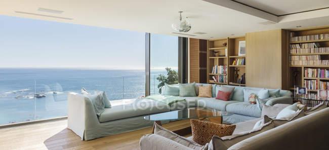 Гостиная с видом на океан — стоковое фото