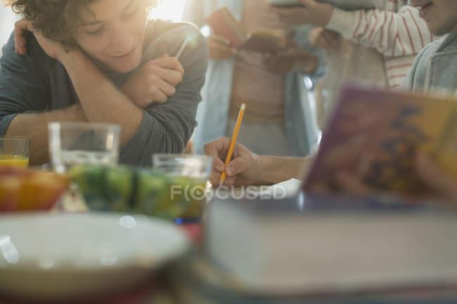 Estudiantes universitarios de la joven amigo estudiando en mesa - foto de stock