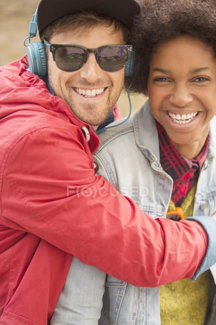 Felice giovane coppia che abbraccia all'aperto — Foto stock