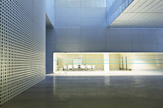Salle de conférence éclairée dans un bâtiment moderne — Photo de stock