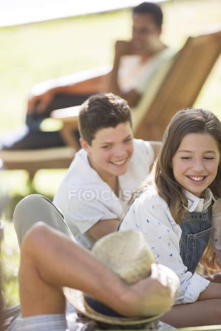 Felizes nietos caucásicos con abuelo al aire libre - foto de stock