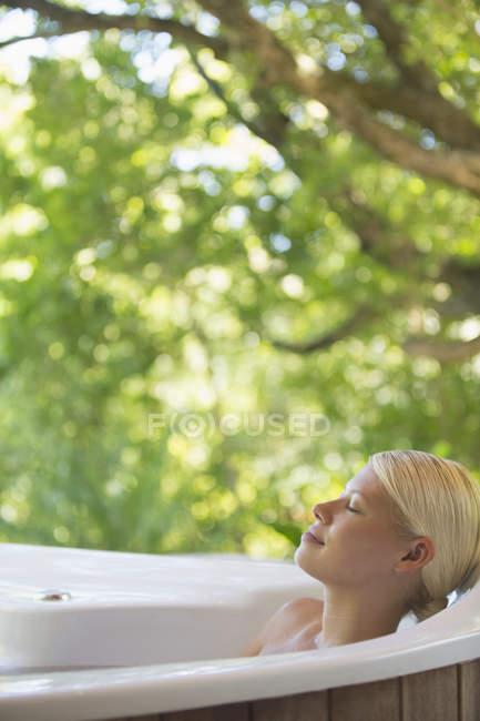 Femme détente dans le bain à remous — Photo de stock