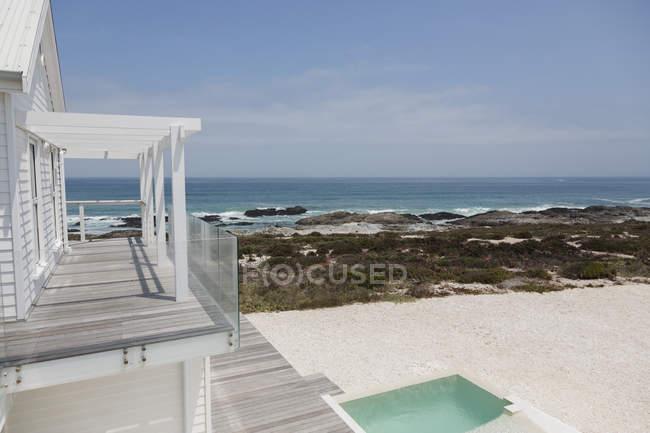 Casa moderna di lusso contro il mare durante il giorno — Foto stock
