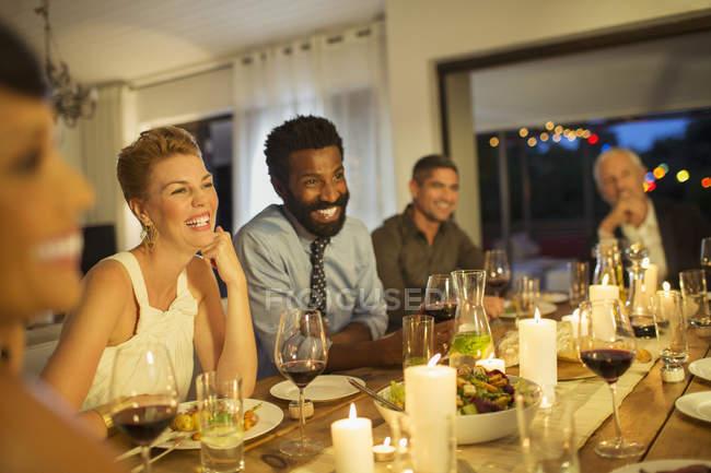 Друзья смеются за ужином — стоковое фото