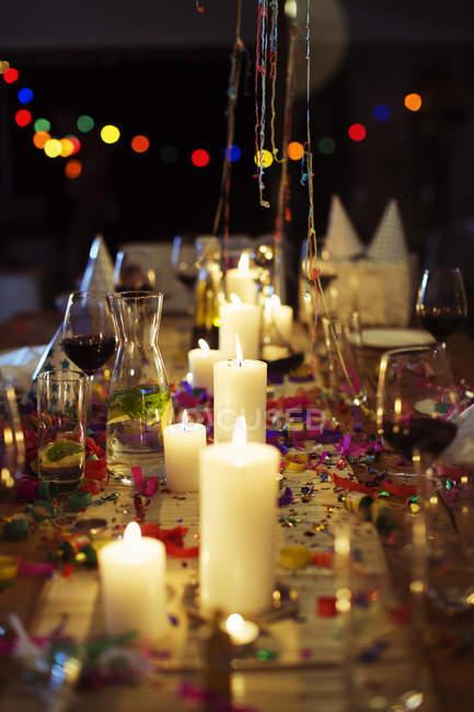 Зажгли свечи на столе на вечеринке — стоковое фото