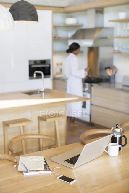 Ноутбук, Французька прес-кава, стільниковий телефон і ноутбук на кухонному столі — стокове фото