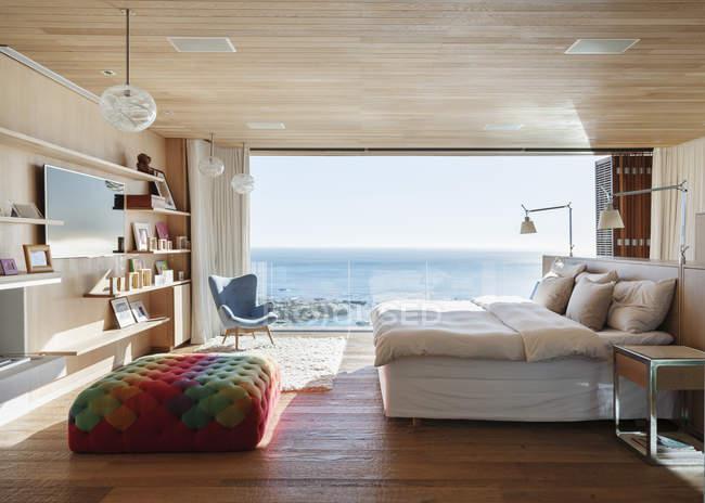 Chambre ensoleillée avec vue océan — Photo de stock