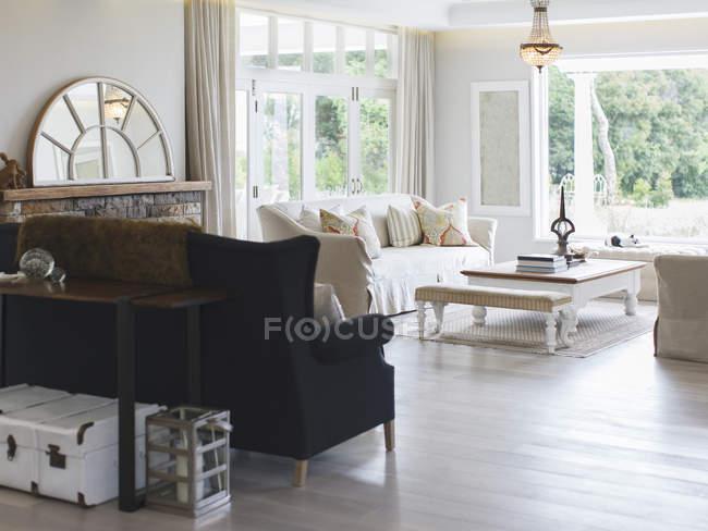 Sala de estar de lujo durante el día - foto de stock