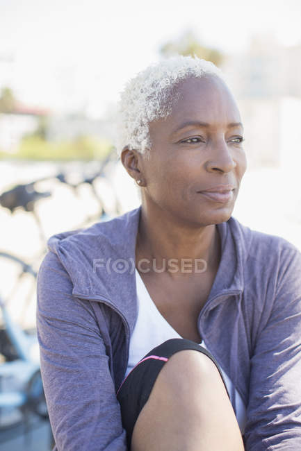Nachdenkliche Frau wegsehen — Stockfoto