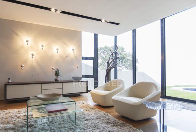 Кресла и махорки ковер в современной гостиной — стоковое фото