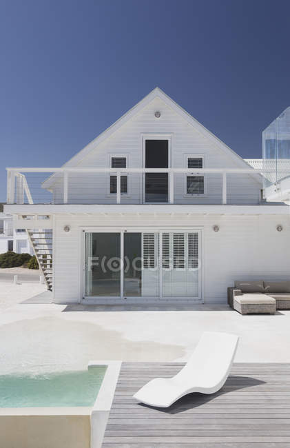 Luxury modern house  during daytime — Stock Photo
