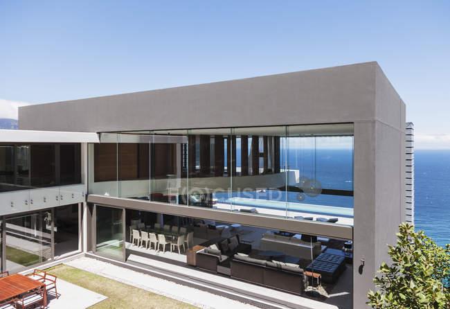 Современный дом с видом на океан — стоковое фото