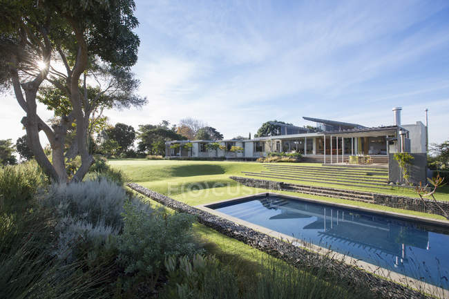 Moderne Luxus-Haus, Garten und Schwimmbad — Stockfoto