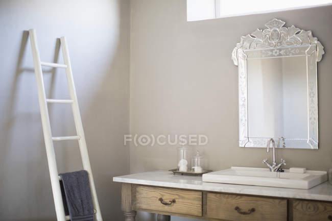 Interior de casa de banho de luxo com escada — Fotografia de Stock
