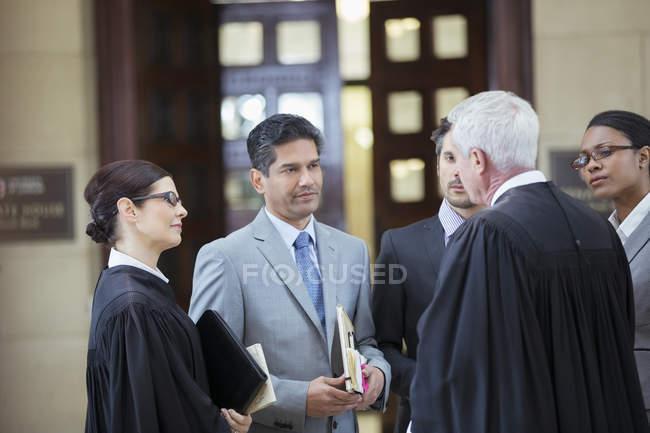 Jueces y abogados en el Palacio de justicia - foto de stock